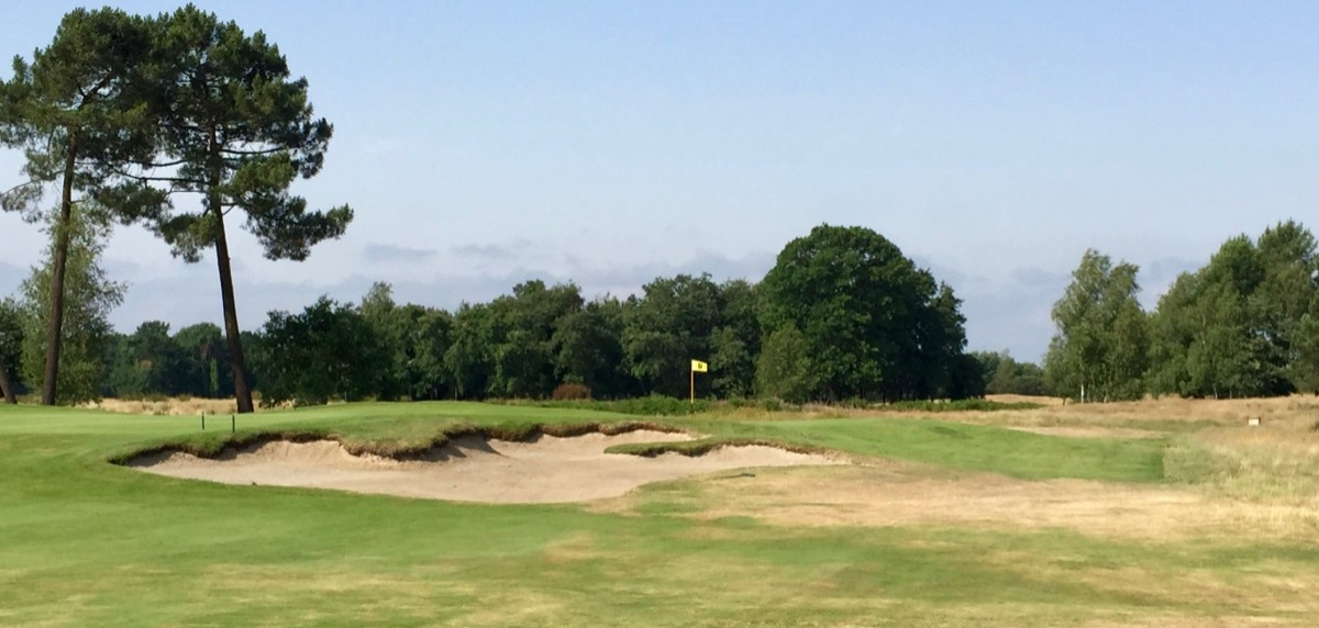 Classic bunkering at Golf du Medoc's Chateaux course