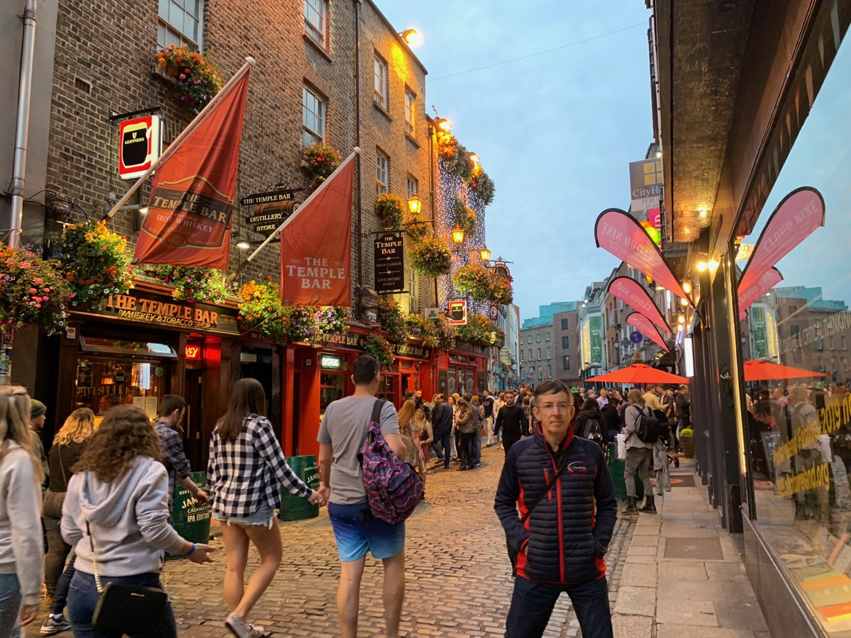 Dublins Temple Bar district comes alive!