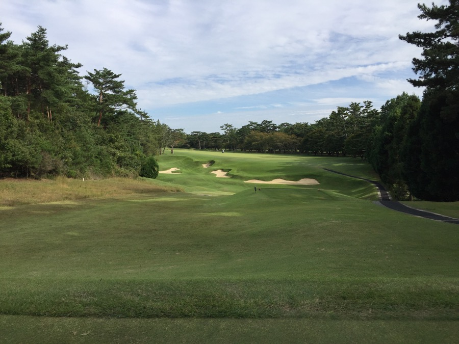 The tee shot on the closing hole at Hirono GC